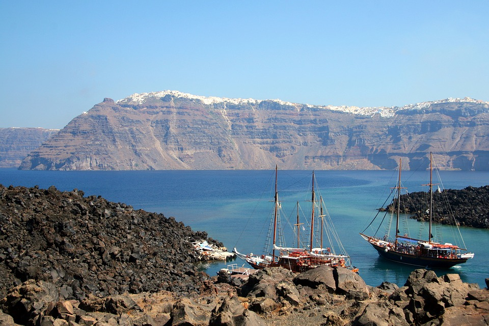 Things to avoid in Santorini - Boats on a volcano tour